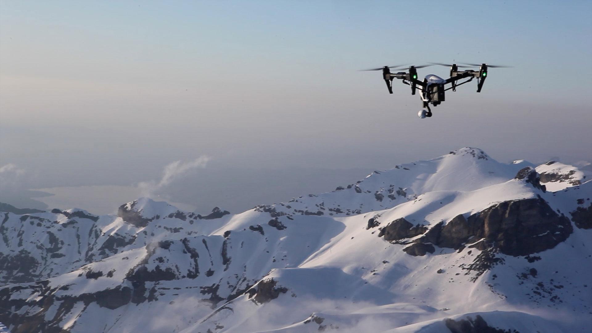 volar drones sobre la nieve